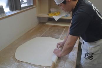 手打ち製麺作業